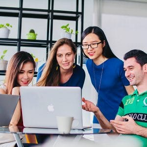 4 students learning business Chinese